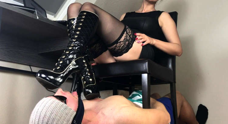 Mistress Debora cerca leccascarpe